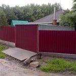 Фотография гаража из профлиста соединенного с забором