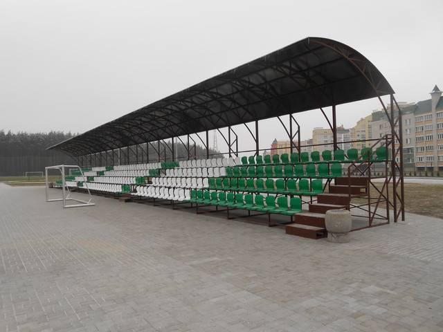 Установленные на стадионе трибуны с поликарбонатным навесом