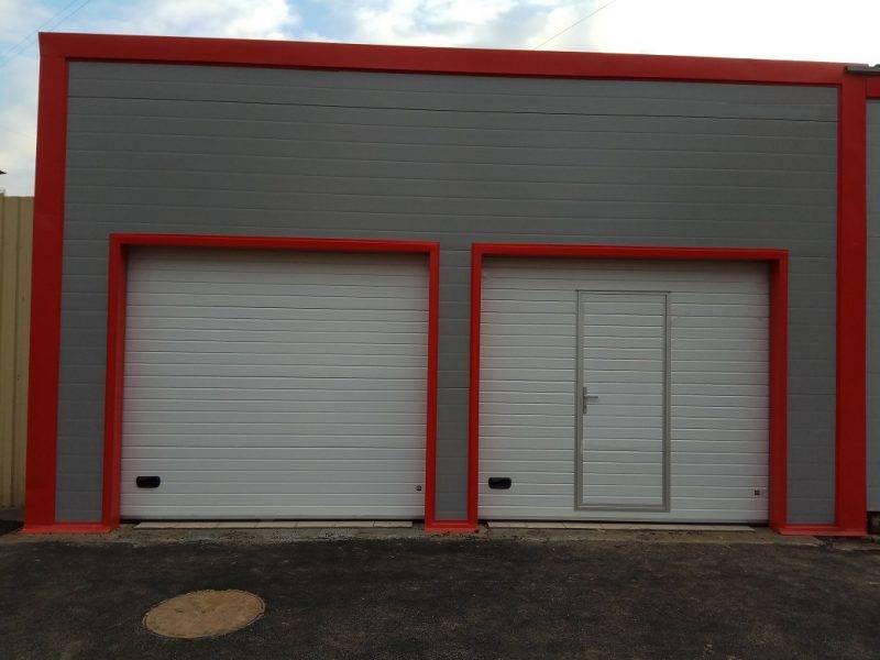 Двухместный с наклонной крышей и чердачным помещением, роллетные ворота с отдельным дверным проемом