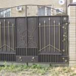 Установленные металлические ворота на даче