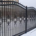 Забор с элементами ковки из профнастила