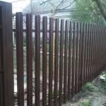 Забор штакетник на даче из профнастила