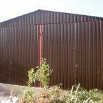 Фото двухскатного гаража из профлиста вид спереди