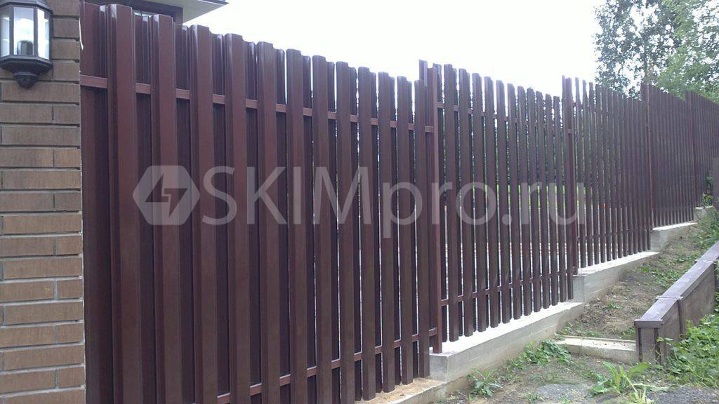 Забор из штакетника на склоне